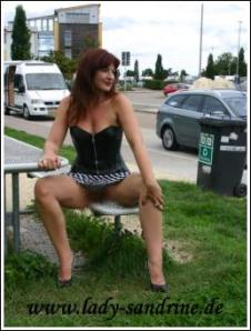 Nackt Unterm Rock In Public