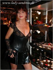 Lady Sandrine im Latexkorsett
